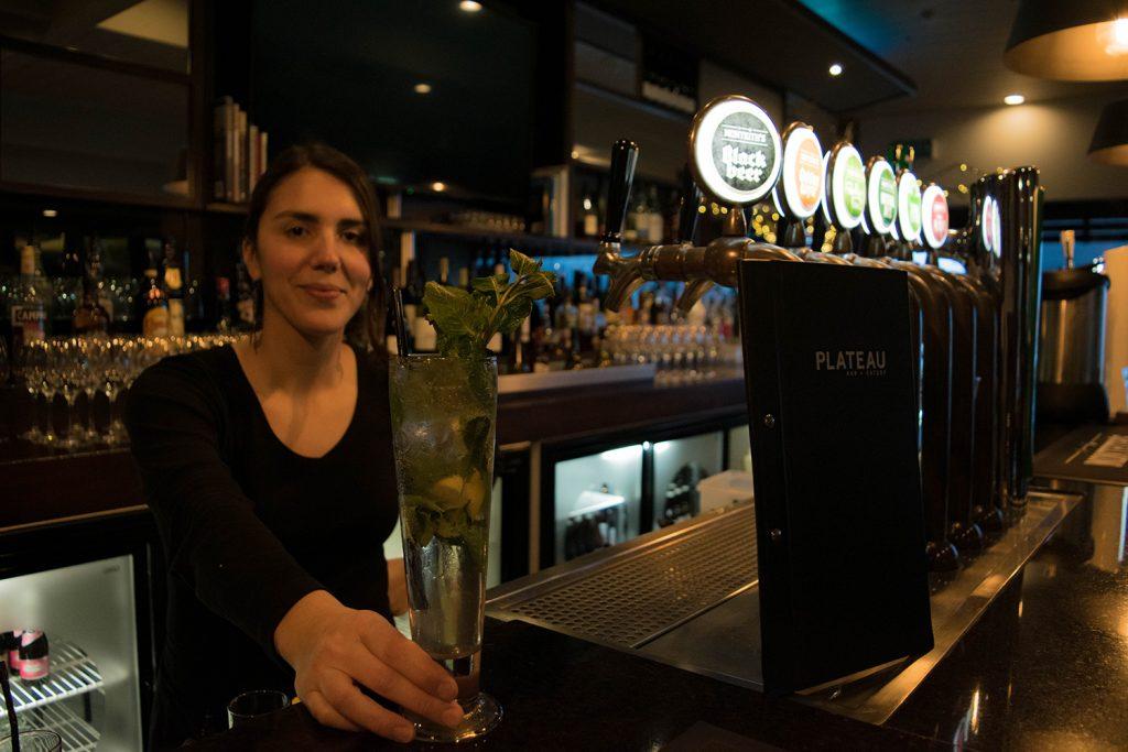 carla trabajando en la barra de un bar en nueva zelanda